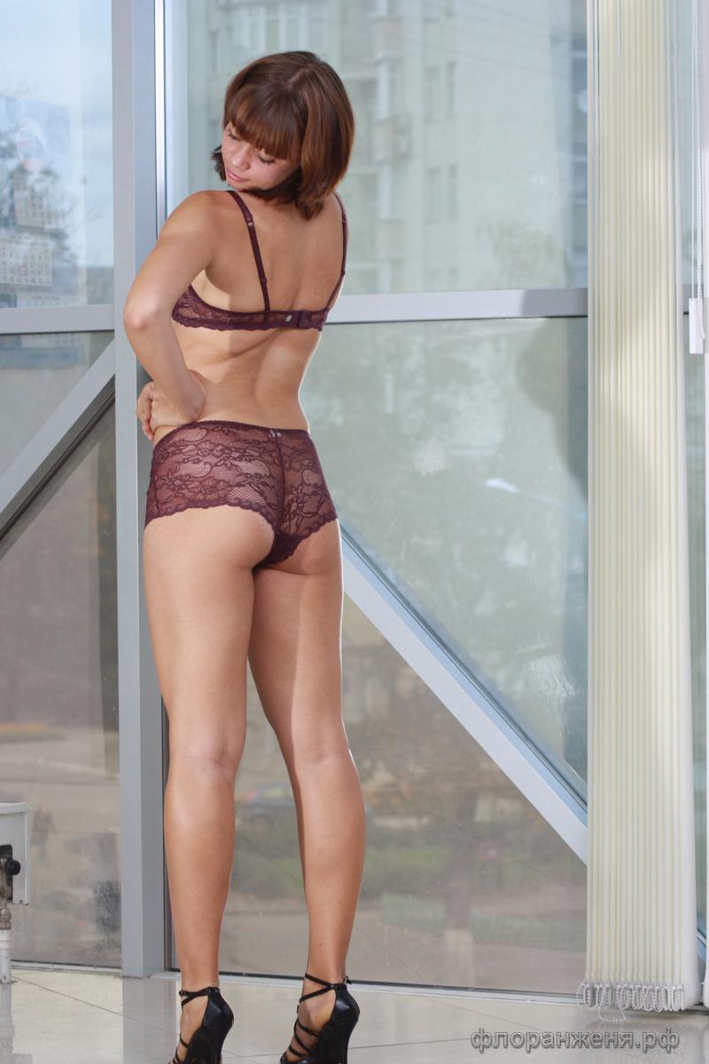 Вид сзади липецкой Вики в нижнем белья Флоранж